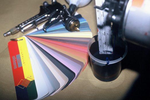 verloop h aanmaken van grondverf en aflak op kleur